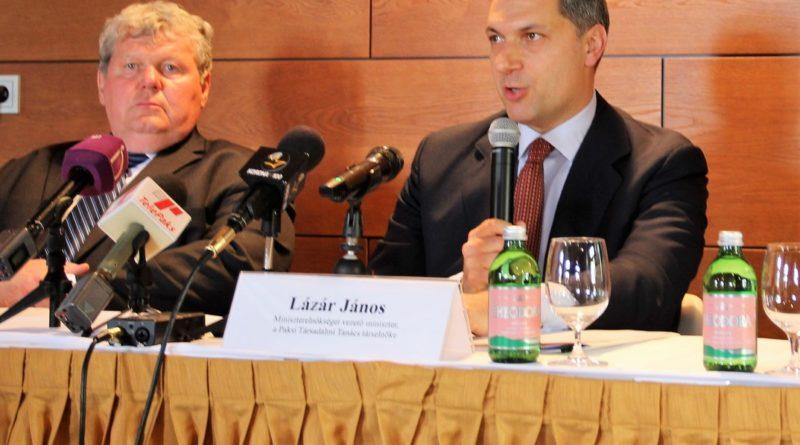 Lázár János Pakson Süli János társaságában. Fotó: Vida Tünde/Paksi Hírnök