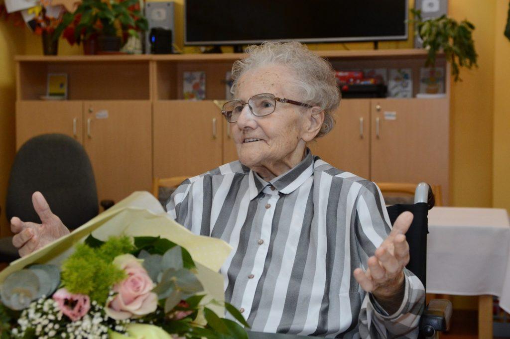 Kasza Istvánnét 90. születésnapja alkalmából köszöntötték. Fotó: Szaffenauer Ferenc/Paksi Hírnök