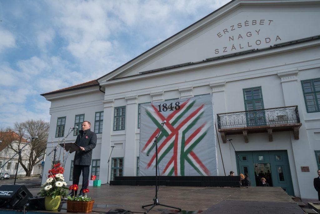 Szabó Péter polgármester ünnepi beszédet mond a Szent István téren. Fotó: Babai István/Paksi Polgármesteri Hivatal