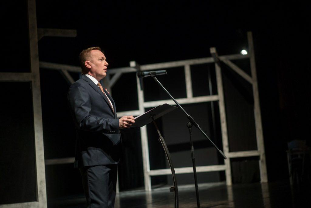 Szabó Péter polgármester beszédet mond a március 15-i ünnepi esten. Fotó: Babai István/Paksi Polgármesteri Hivatal
