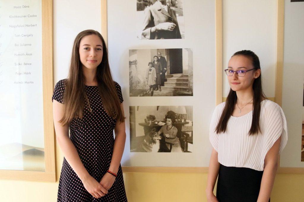 A két díjazott, Nagy Veronika (b.) és Hermán Judit (j.). Fotó: Molnár Gyula/Paksi Hírnök