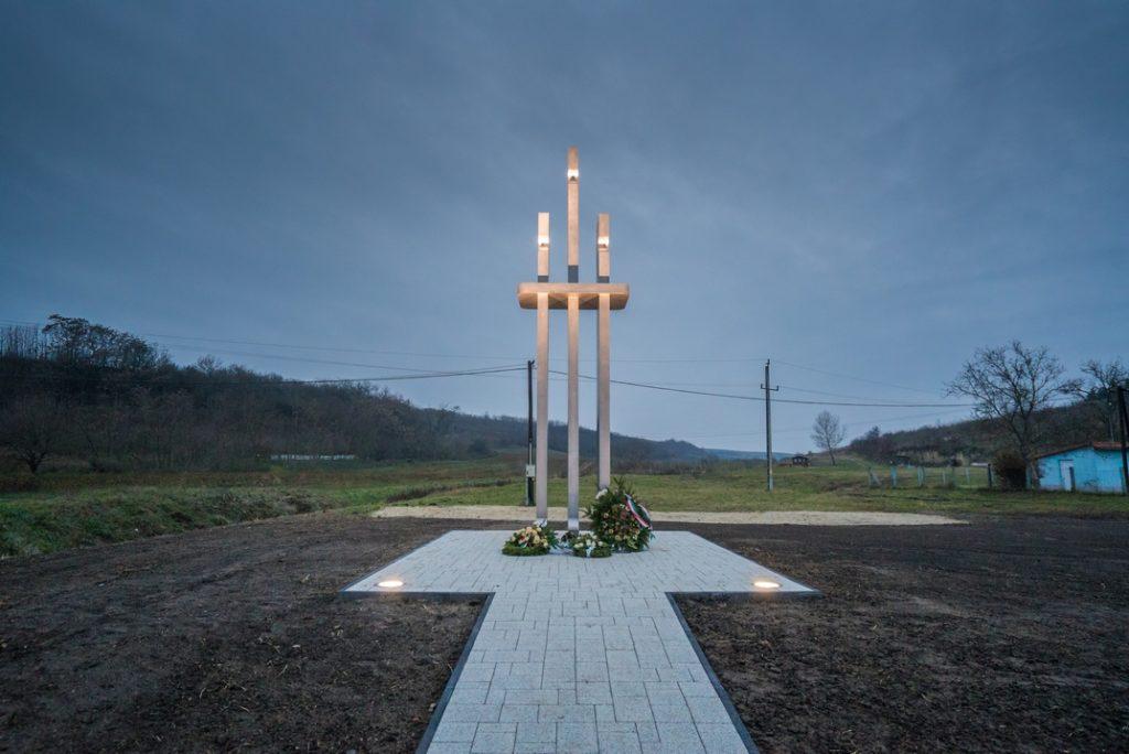 A kitelepítési emlékmű, amit a magyarországi németek kitelepítésének 70. évfordulója alkalmából avattak fel Dunakömlődön a Kereszt-völgyben 2016-ban. Fotó: Babai István/Paksi Polgármesteri Hivatal.