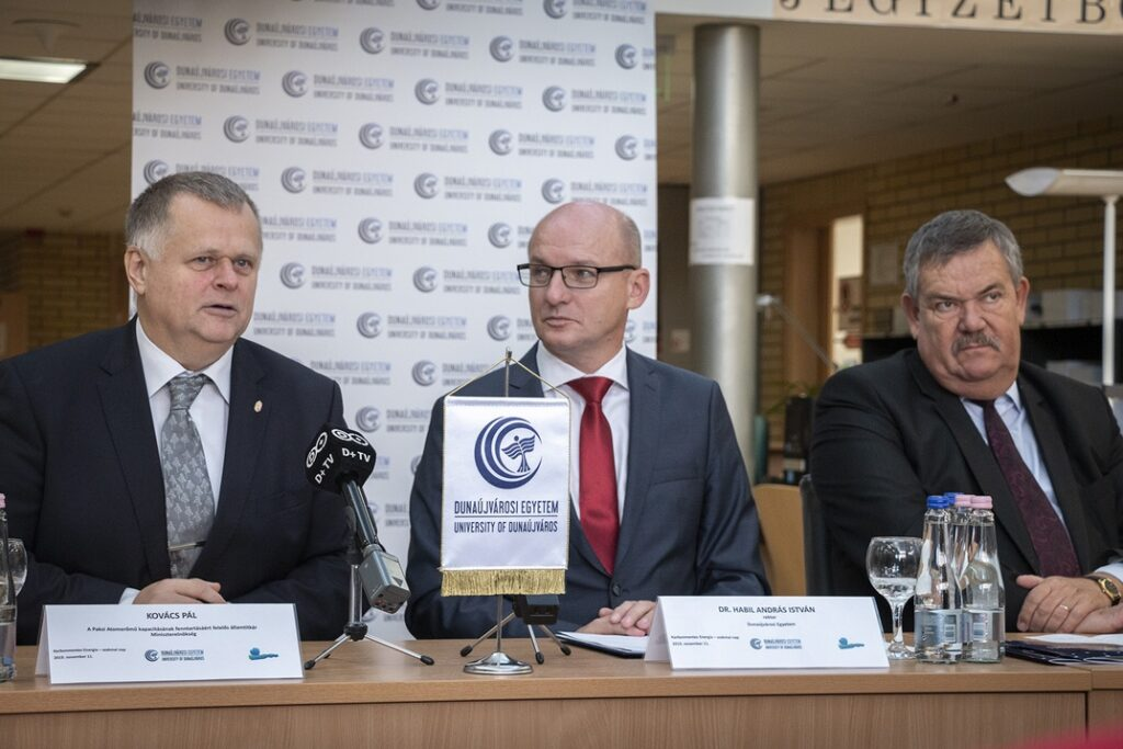 A képen (b.-j.) Kovács Pál államtitkár, dr. András István rektor és dr. Galambos Dénes miniszteri biztos. Fotó: Paks II. Zrt.