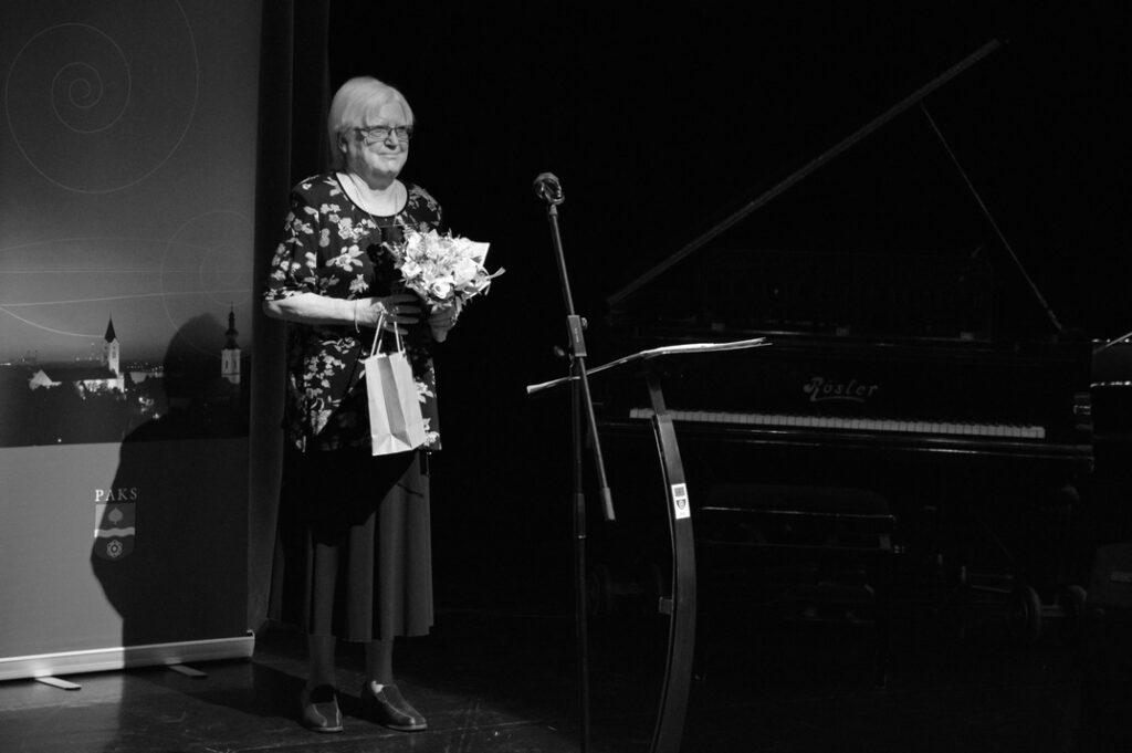Herczeg Ágnes a pedagógusnapi városi ünnepségen vette át aranydiplomáját 2017-ben. Fotó: Szaffenauer Ferenc/Paksi Hírnök archív