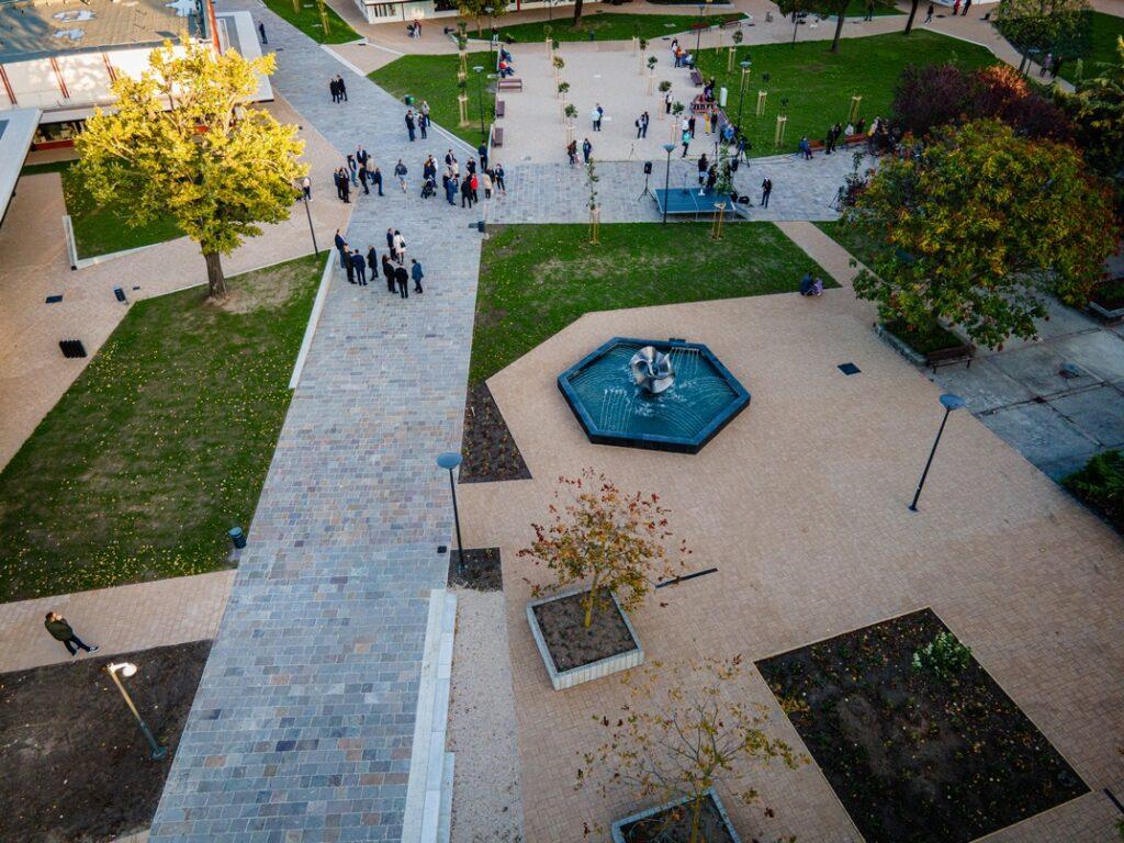 A felújított tér. Fotó: Babai István/Paksi Polgármesteri Hivatal