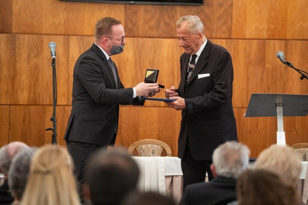 Dr. Csók Sándor átveszi a kitüntetést. Fotó: Babai István/Paksi Polgármesteri Hivatal