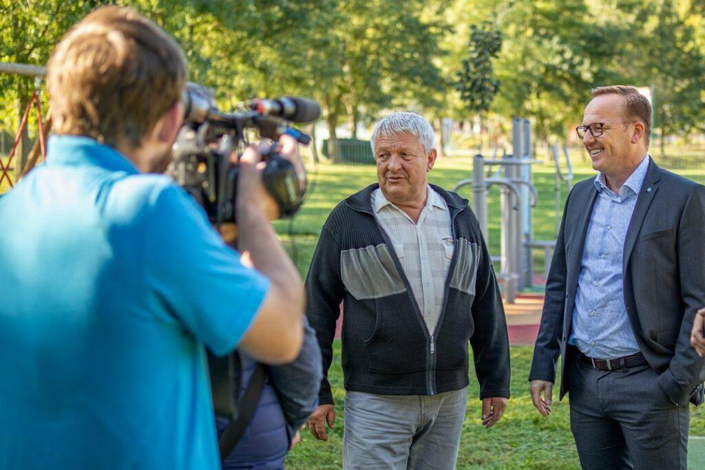 Szabó Péter polgármester (j.) és Spiesz József, a nyolcas vk. önkormányzati képviselője (b.) a helyszínen. Fotó: Szép Zsóka/TelePaks