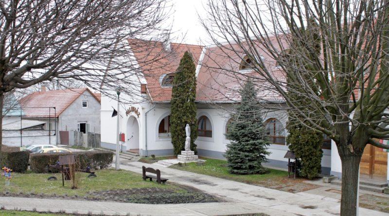 A dunakömlődi faluház. Fotó: Szaffenauer Ferenc/Paksi Hírnök