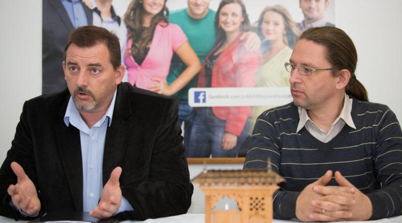 Horváth Zoltán, a Jobbik paksi vezetője Bencze János, a párt megyei elnöke társaságában. Fotó: Kövi Gergő/Paksi Hírnök
