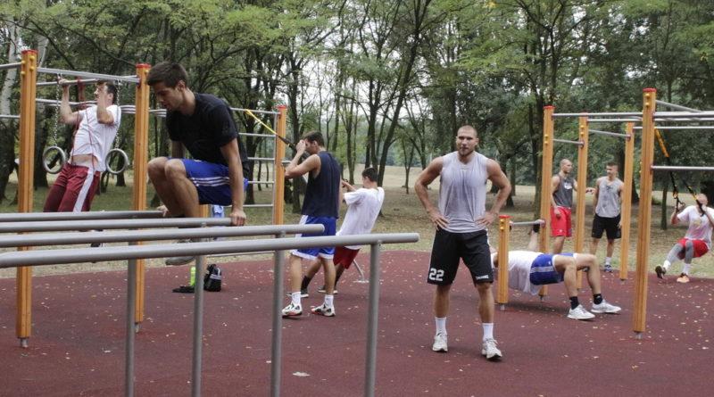 Az ASE kosarai edzenek a fitneszparkban 2015-ben. Fotó: Molnár Gyula/Paksi Hírnök
