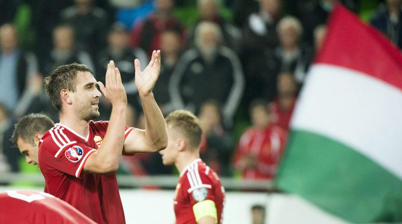 Böde Dániel, a magyar labdarúgó-válogatott tagja megköszöni a közönség szurkolását miután csapata Európa-bajnoki selejtezőmérkőzésen 2-1-re legyőzte a Feröer-szigetek együttesét a Groupama Arénában 2015. október 8-án. MTI Fotó: Koszticsák Szilárd