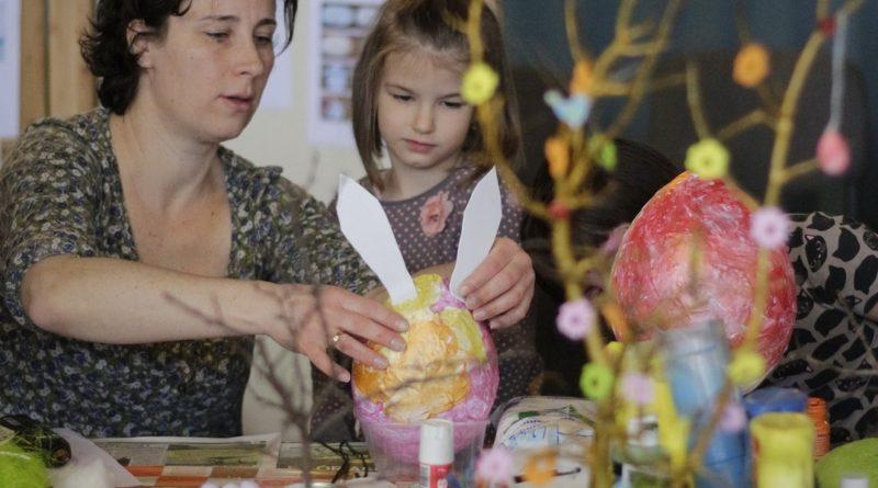 Húsvéti foglalkozás a kulturális központban tavaly. Fotó: Molnár Gyula/Paksi Hírnök