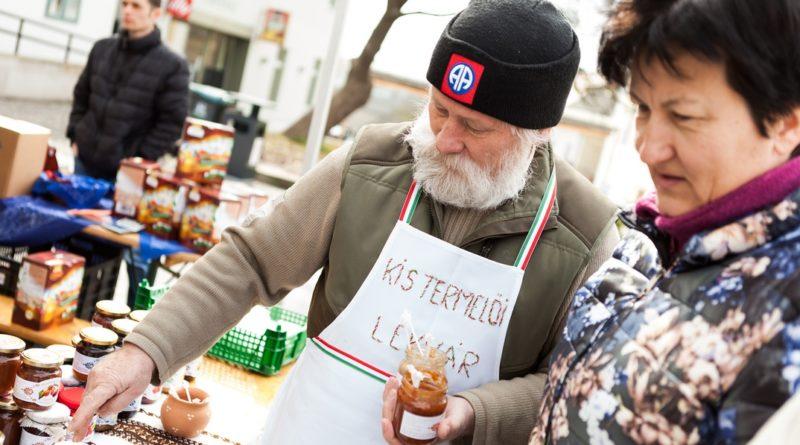 A lekvárokat is sokan megkóstolták a Spájz elnevezésű rendezvényen. Fotó: Fitt Tamás/Paksi Hírnök