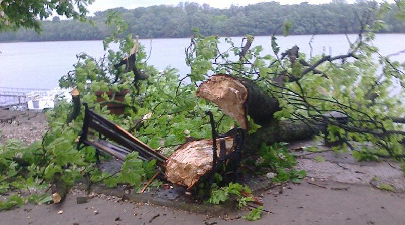 A korzón egy pad esett a vihar áldozatául. Fotó: K. É.