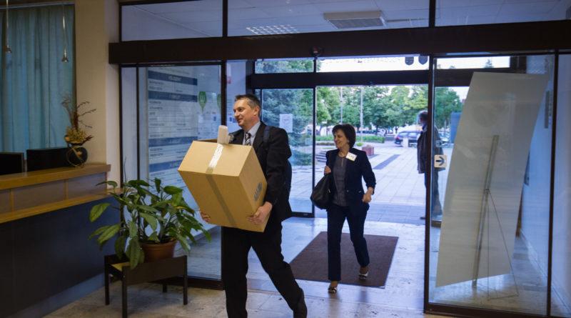 Érkeznek a szavazatokat tartalmazó dobozok az időközi választáson. Fotó: Kövi Gergő/Paksi Hírnök