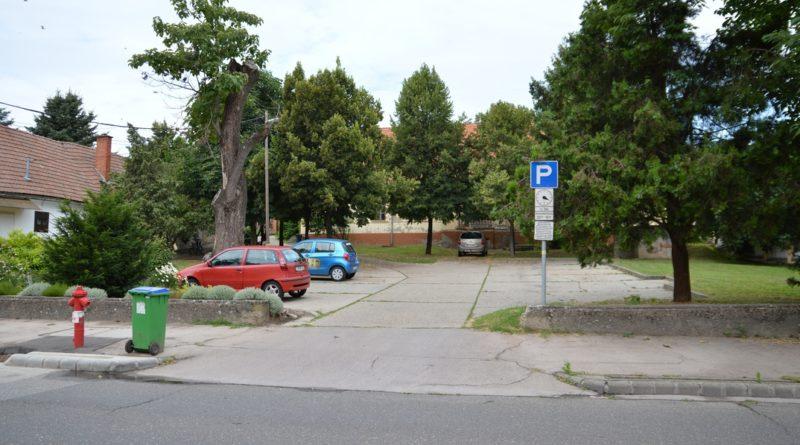 A Deák Ferenc utcai volt tüdőgondozó épületénél lévő parkoló. Fotó: Szaffenauer Ferenc/Paksi Hírnök