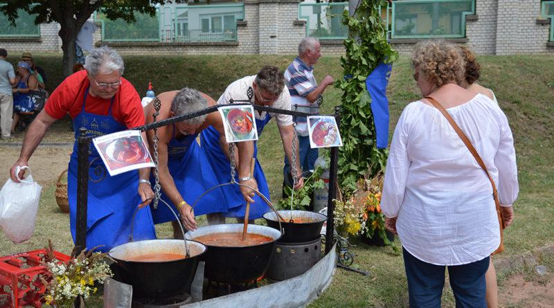 A Dunakömlődi Borbarát Kör főz a Gastroblues Fesztiválon. Fotó: Szaffenauer Ferenc/Paksi Hírnök