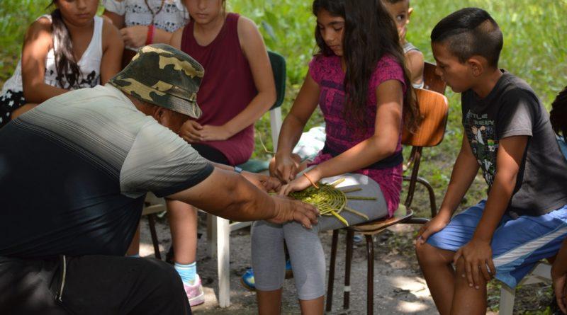 A kosárfonást tanulják a gyerekek a hagyományőrző táborban. Fotó: Szaffenauer Ferenc/Paksi Hírnök