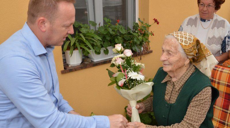 A 95 esztendős Binder Erzsébetet köszönti Szabó Péter Paks alpolgármestere. Fotó: Szaffenauer Ferenc/Paksi Hírnök