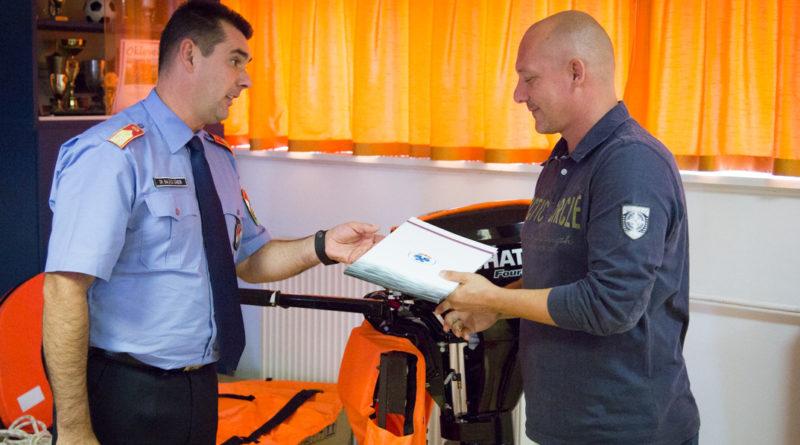 Dr. Balázs Gábor adja át a sikeres pályázat eredményeként elnyert technikai eszközöket Molnár Józsefnek. Fotó: Kövi Gergő/Paksi Hírnök