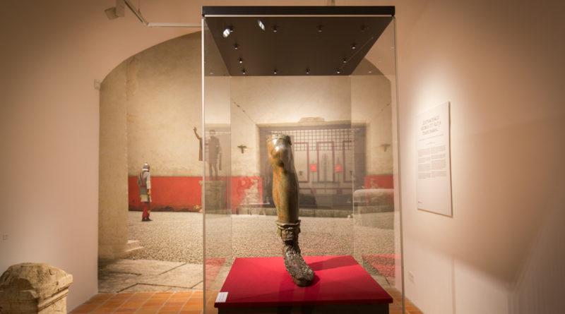 A császárláb szobortöredék a Paksi Metszet állandó kiállításon. Fotó: Paksi Hírnök archív