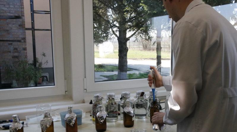 Mikrobiológiai laboratórium. Fotó: Molnár Gyula/Paksi Hírnök/archív