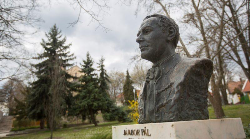 Jámbor Pál szobra. Fotó: Babai István/Paksi Polgármesterei Hivatal