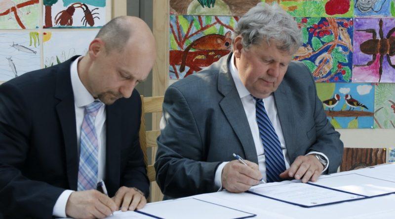 A Paks város Klímabarát Települések Szövetségéhez való csatlakozásáról szóló nyilatkozatot Süli János Paks polgármestere (j) és Kovács Lajos (b), a szövetség elnöke írta alá. Fotó: Molnár Gyula/Paksi Hírnök