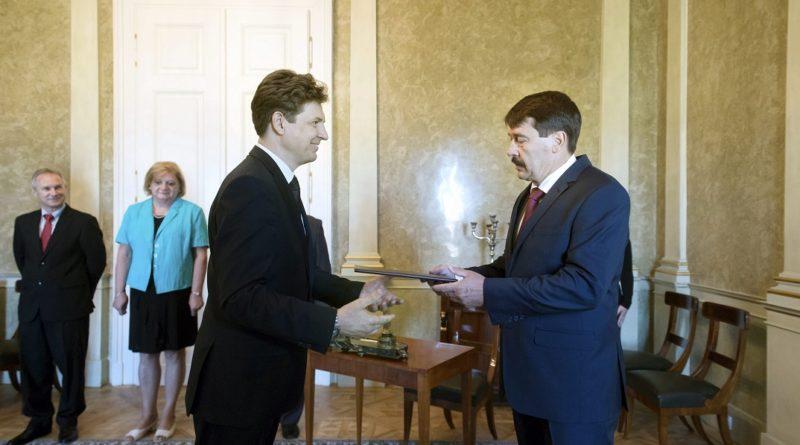 Aszódi Attila, a Miniszterelnökség államtitkára átveszi kinevezési okmányát Áder János köztársasági elnöktõl (j) a Sándor-palotában 2017. június 13-án. MTI Fotó: Koszticsák Szilárd