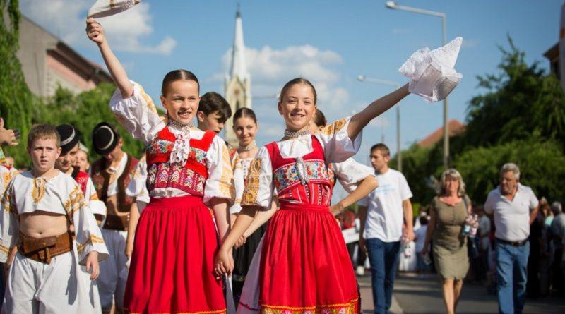 Duna menti népek menettánca egy korábbi fesztiválon. Fotó: Kövi Gergő/Paksi Hírnök archív