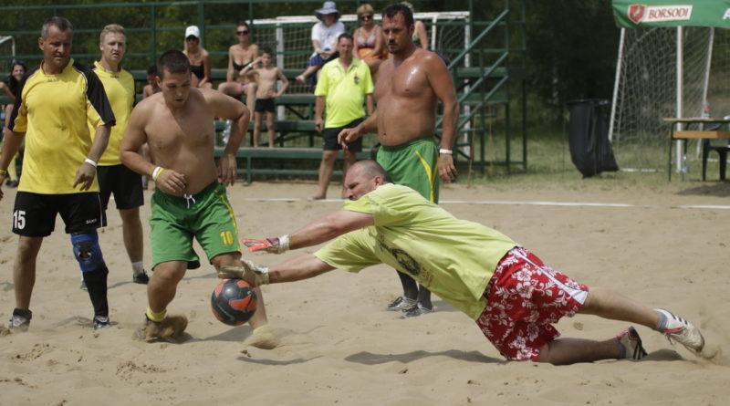 Rekkenő hőségben rendezték a srandfoci döntőjét. Fotó: Molnár Gyula