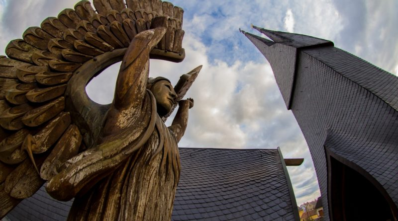 A Makovecz Imre tervei alapján készült paksi templom. Fotó: Babai István