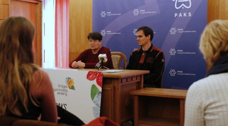 Sajtótájékoztatón számolt be a verseny eredményéről Klézl Terézia, Paks főkertésze és Szászy Zsolt, a DC Dunakom Plusz Kft. parkfenntartási részlegének vezetője. Fotó: Molnár Gyula/Paksi Hírnök