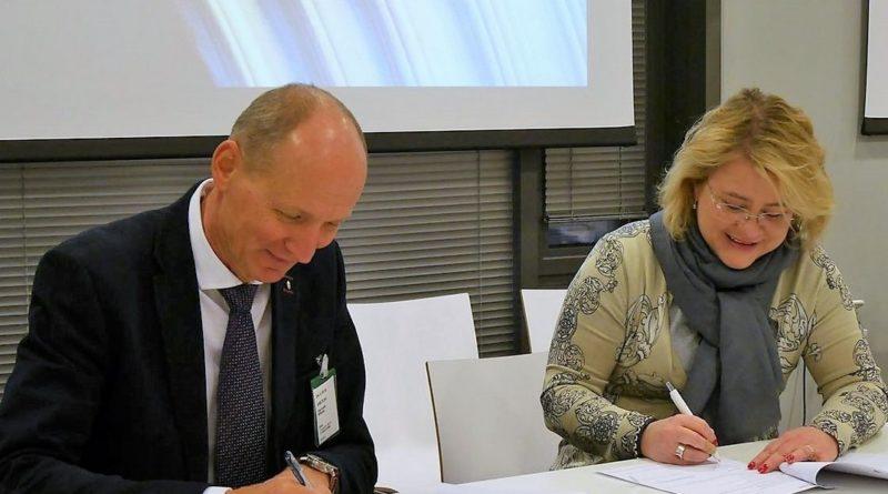 Horváth Miklós vezérigazgató-helyettes és Minna Forsström projektigazgató aláírják a megállapodást. Fotó: Paks II.