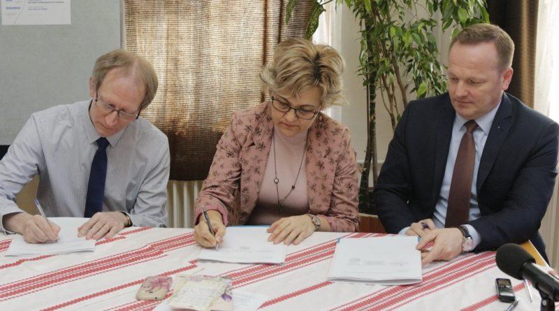 Az együttműködési megállapodás aláírásának pillanata. Fotó: Molnár Gyula/Paksi Hírnök