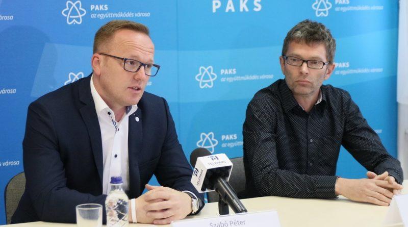 Szabó Péter, Paks polgármestere (b.) és Borbás László, a Paks Térségi Szociális Központ igazgatója (j.). Fotó: Molnár Gyula/Paksi Hírnök
