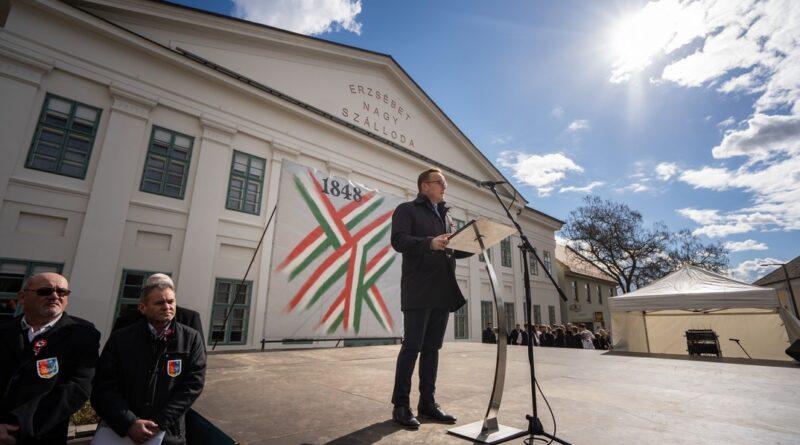 Szabó Péter polgármester beszédet mond a március 15-i városi ünnepségen. Fotó: Babai István