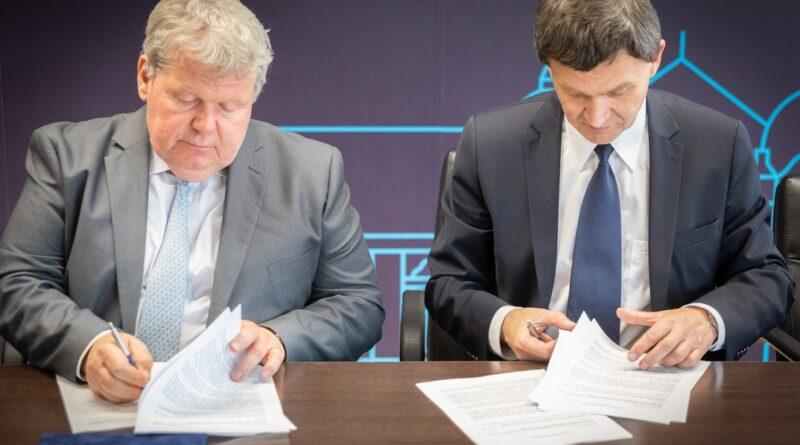 Süli János tárca nélküli miniszter (b.) és Ács Rezső Szekszárd polgármestere (j.) aláírják az együttműködési megállapodást. Fotó: Paks II. Zrt.