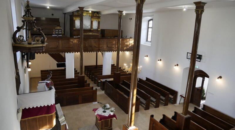 A felújított templombelső. Fotó: Szaffenauer Ferenc/Paksi Hírnök