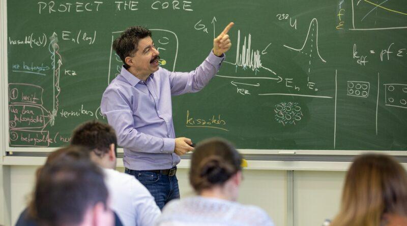 Dr. Czifrus Szabolcs a BME egyetemi docense reaktor üzemtant oktat