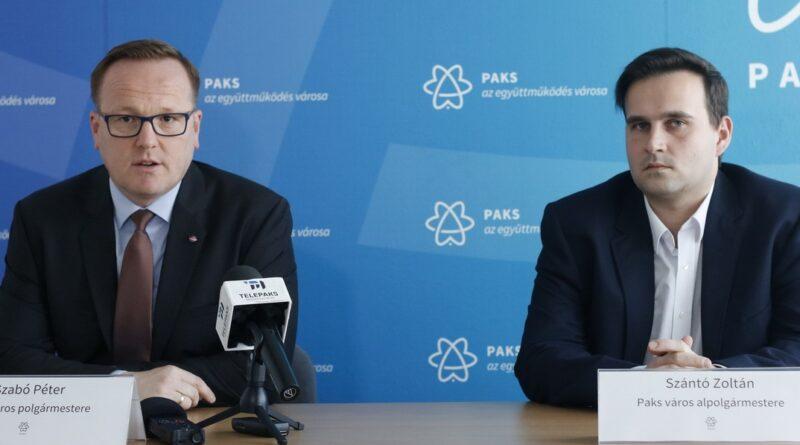 Szabó Péter polgármester (b.) és Szántó Zoltán alpolgármester (j.) Fotó: Molnár Gyula/Paksi Hírnök