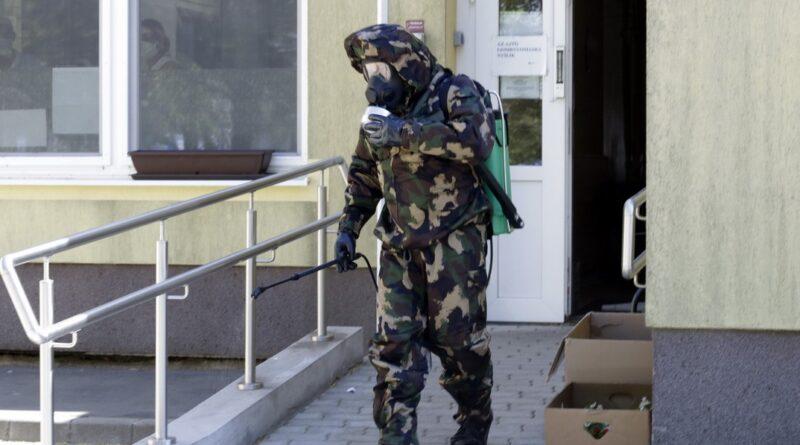 Tizenkét fős katonal csapat végezte a fertőtlenítést. Fotó: Molnár Gyula/Paksi Hírnök