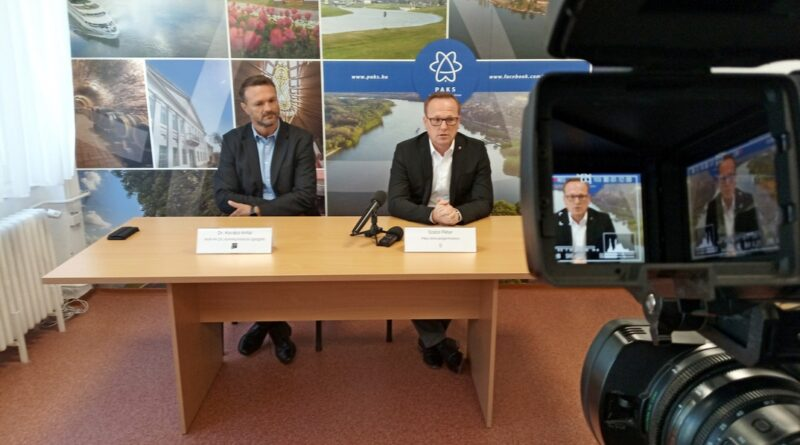 Dr. Kovács Antal, az MVM Paksi Atomerőmű Zrt. kommunikációs igazgatója (b.) és Szabó Péter, Paks polgármestere (j.). Fotó: Szaffenauer Ferenc/Paksi Hírnök