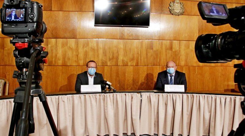 Szabó Péter polgármester (b.) és dr. Bodnár Imre főigazgató (j.). Fotó: Molnár Gyula/Paksi hírnök