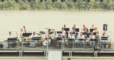 Koncert a paksi vízi színpadon